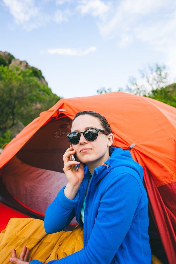 Het meisje spreekt op de telefoon stock afbeeldingen