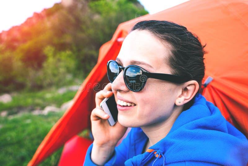 Het meisje spreekt op de telefoon stock afbeelding