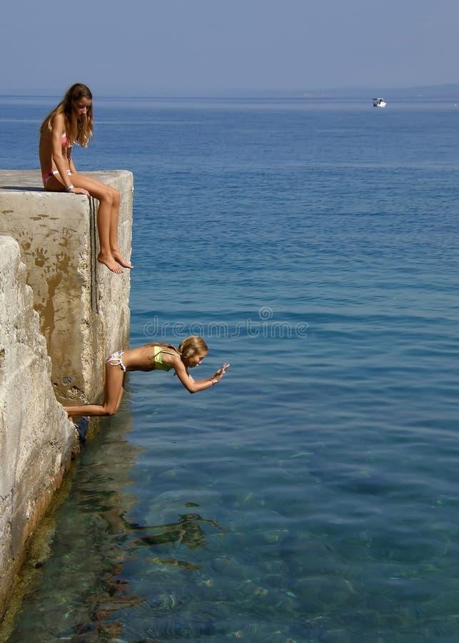Het meisje sprong in het overzees royalty-vrije stock afbeelding