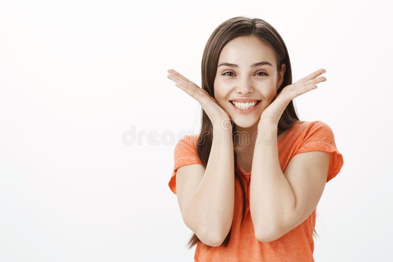 Het meisje stelt meer glimlach voor Ruim en portret die van blije onbezorgde aanbiddelijke volwassen vrouw in oranje sweater, gli stock afbeelding