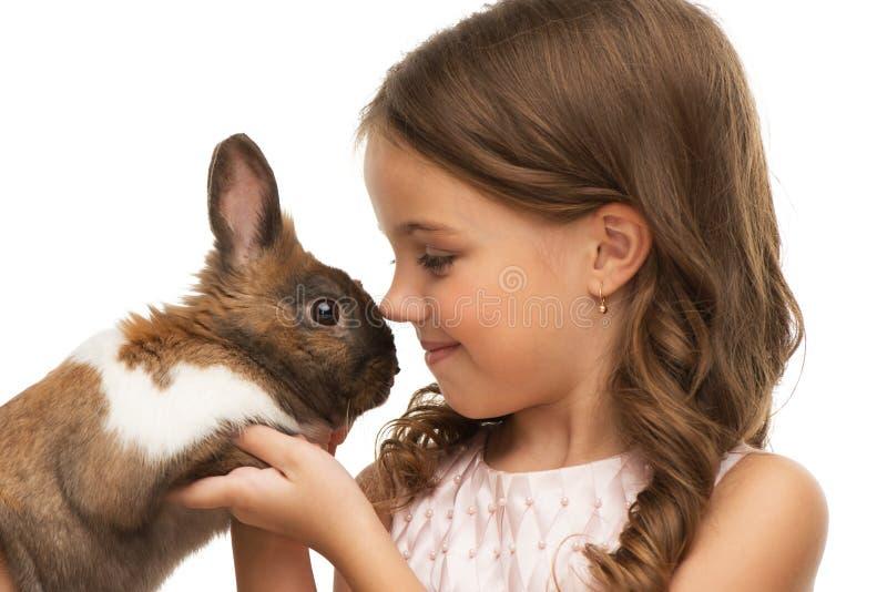 Het meisje is teen met leuk konijntje royalty-vrije stock foto's