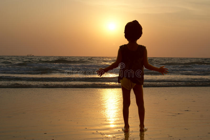 Het meisje tegen een zonsondergang stock afbeelding