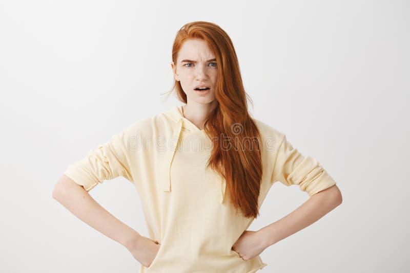 Het meisje is teleurgesteld in u Binnenschot van ontstemde aantrekkelijke Kaukasische vrouw met de rode handen van de haarholding royalty-vrije stock foto's