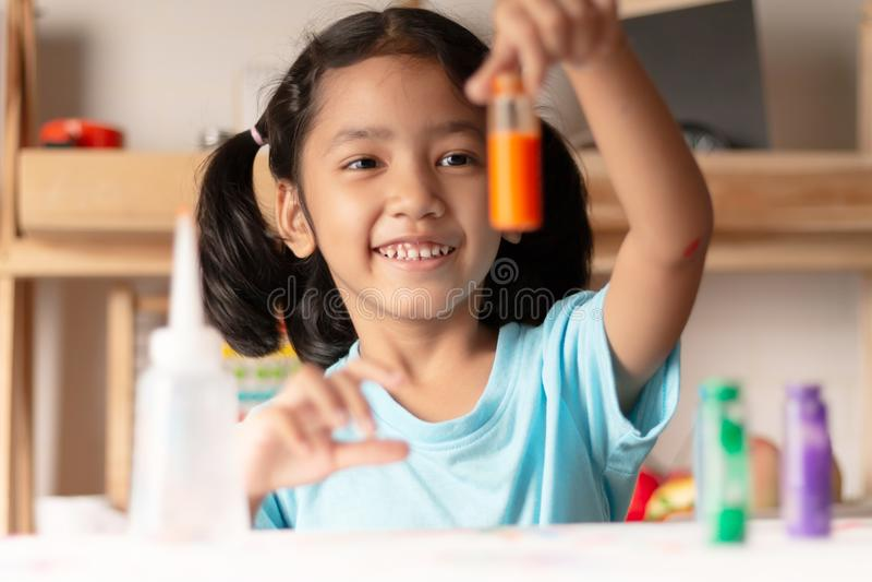 Het meisje test kleur in glas stock fotografie