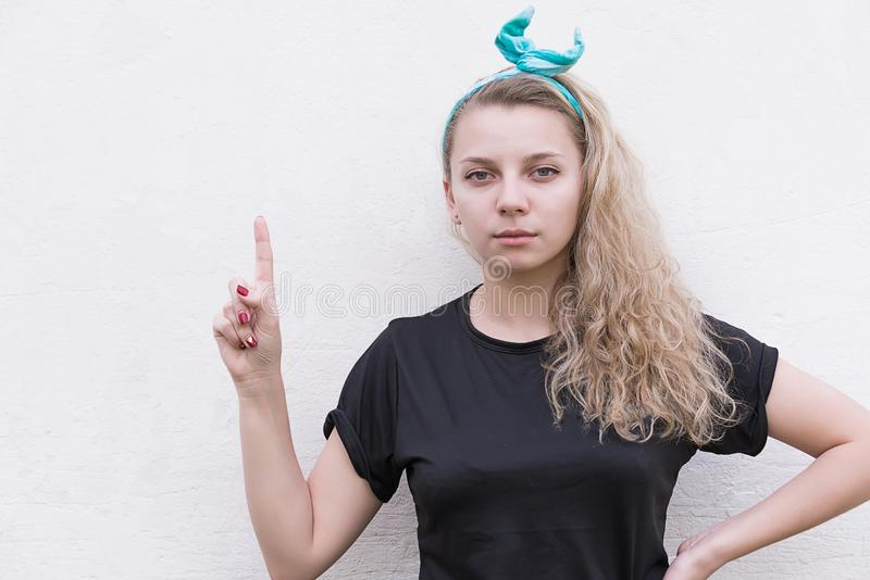 Het meisje toont de wijsvinger royalty-vrije stock fotografie