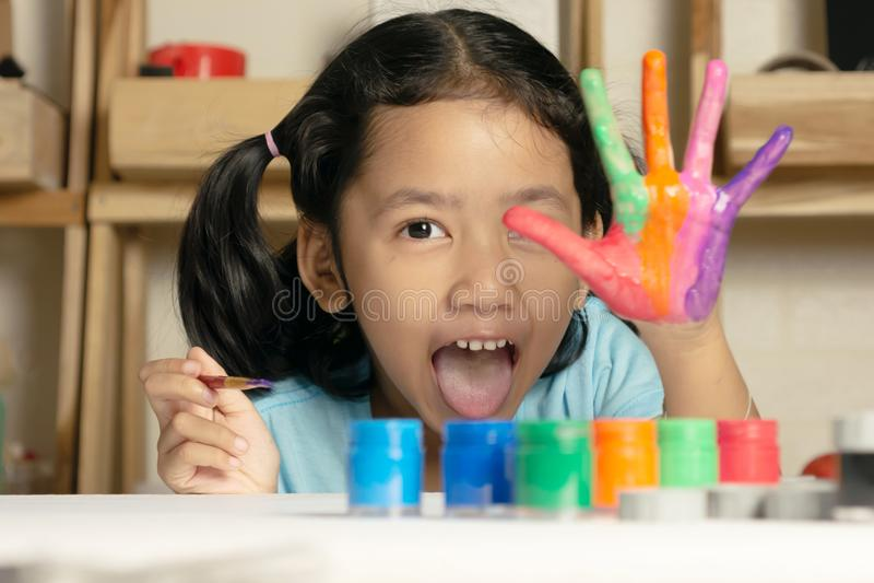Het meisje toont geschilderde kleur op hand royalty-vrije stock foto's