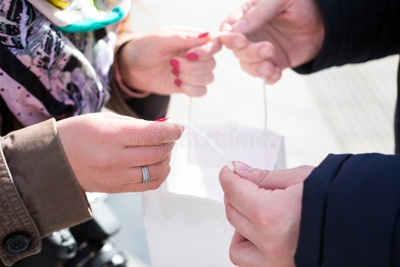 Het meisje toont hun aankopen aan een jonge kerel Verkoop in Black Friday stock foto's