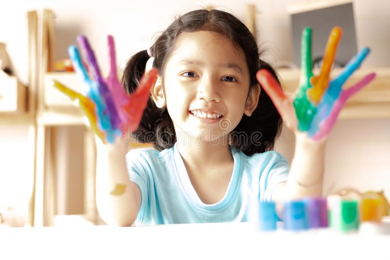 Het meisje toont kleur op handen wordt geschilderd die royalty-vrije stock foto's