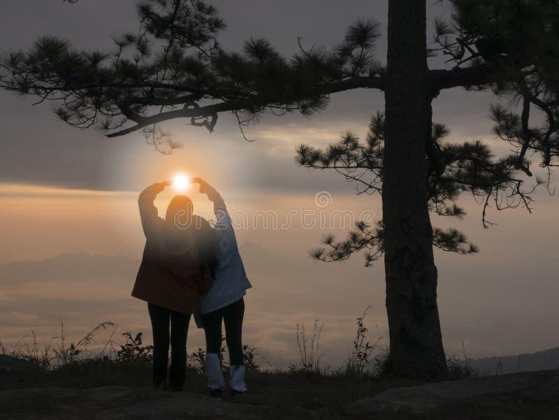 Het meisje toont liefde Mooie mening van Pha-nok aen klip in vroege ochtendzonsopgang Zeer mooie lichte en blauwe hemel met overz royalty-vrije stock foto's