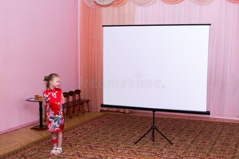Het meisje toont presentatie op het scherm stock foto's
