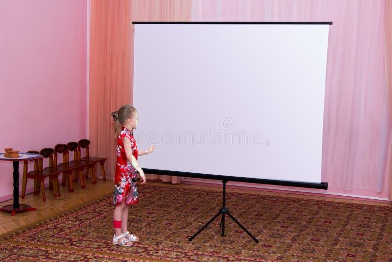 Het meisje toont presentatie op het scherm stock foto