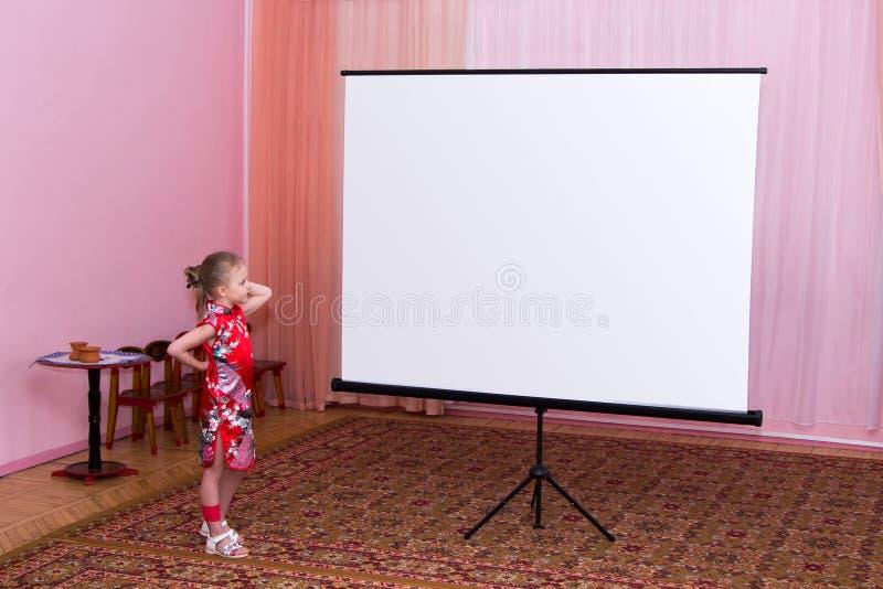 Het meisje toont presentatie op het scherm royalty-vrije stock afbeelding