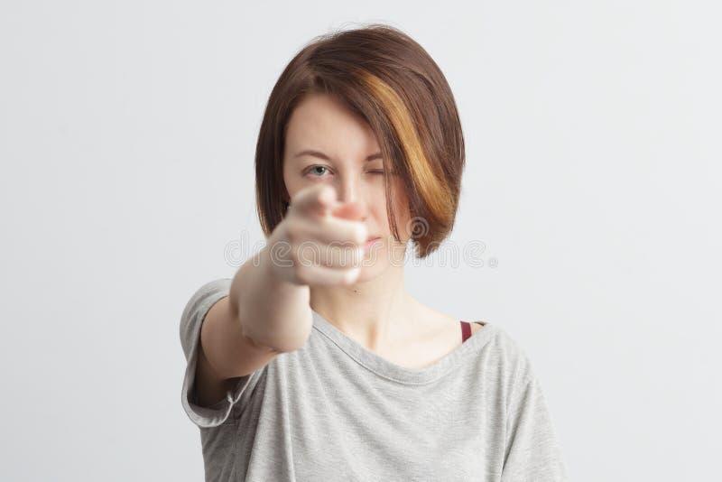 Het meisje toont voorwaartse wijsvinger Gezicht die met ongenoegen fronsen royalty-vrije stock foto