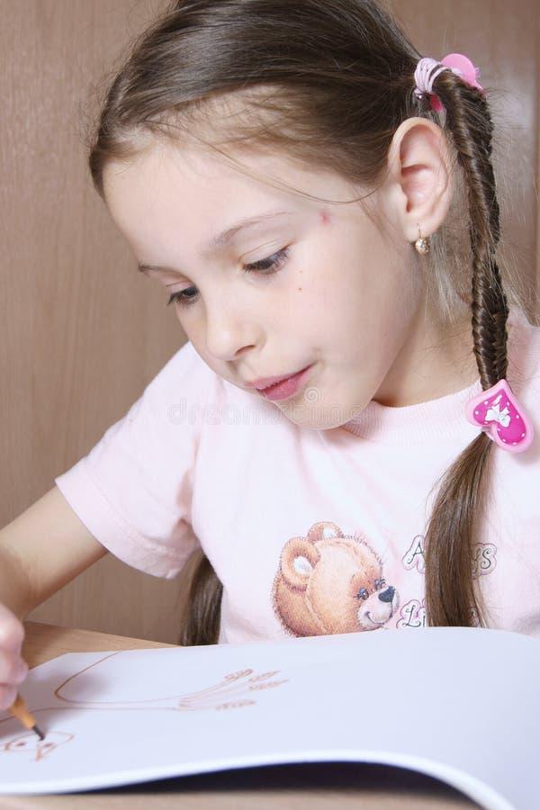 Het meisje trekt een Beeld royalty-vrije stock foto's