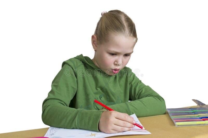 Het meisje trekt potlood en gevoelde pen stock fotografie