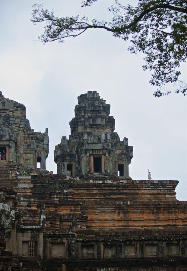 Het meisje van Angkorwat ta keo bovenop de wereld stock foto
