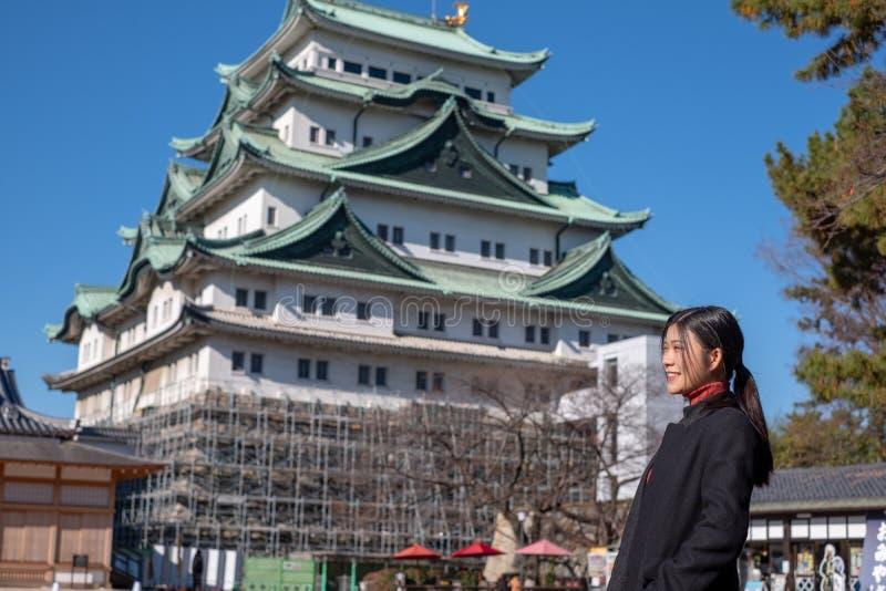 Het Meisje van Azië met Kasteel één van Nagoya van Oriëntatiepunt in Nagoya, Japan stock foto