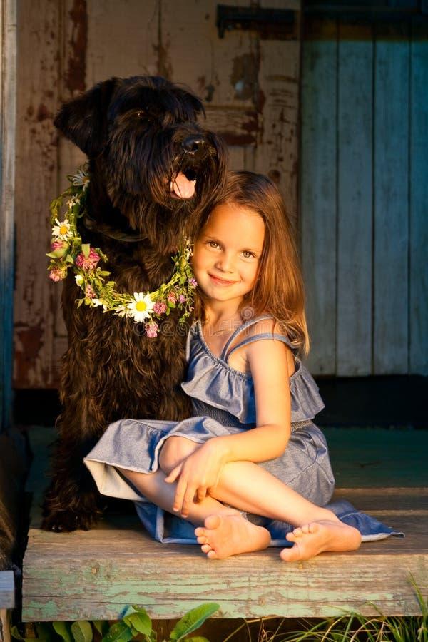 Het meisje van Beautifull en haar hond bij het zonlicht. royalty-vrije stock afbeelding