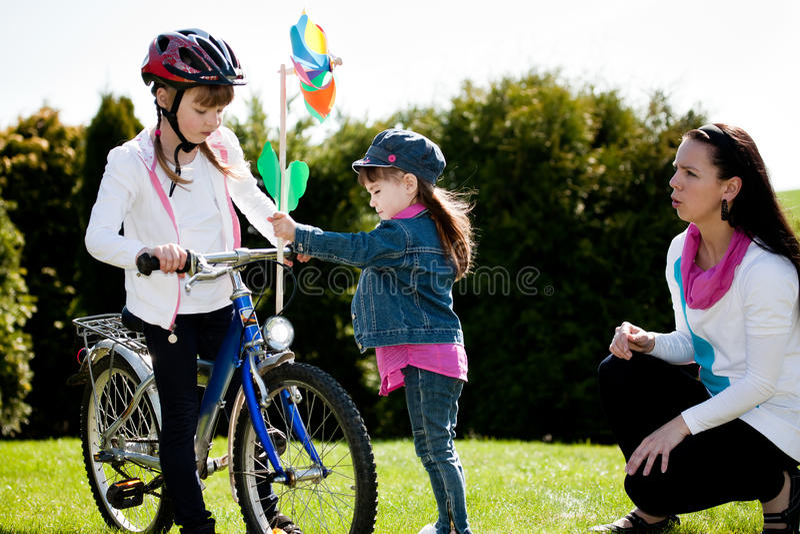 Het meisje van Biking stock afbeelding