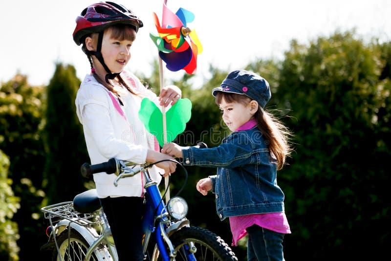 Het meisje van Biking stock foto