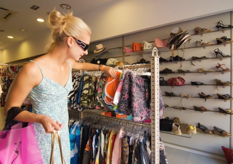 Het meisje van Blong het kopen kleren stock foto