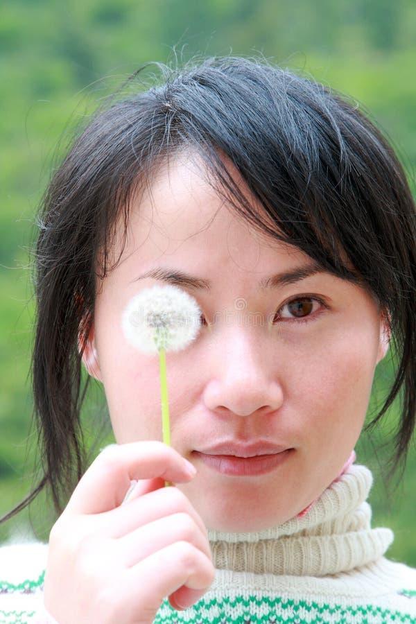 Het Meisje van China met Paardebloem royalty-vrije stock foto's