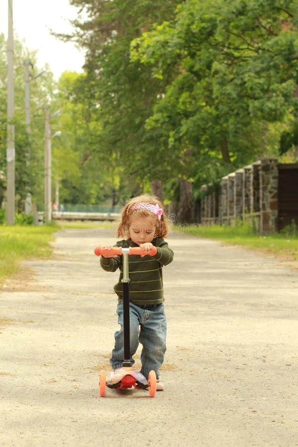 Het meisje van de één éénjarigepeuter op haar eerste autopedrit stock foto's