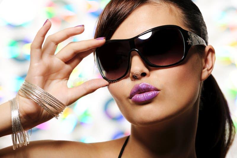 Het meisje van de aantrekkingskracht met zonnebril stock afbeelding