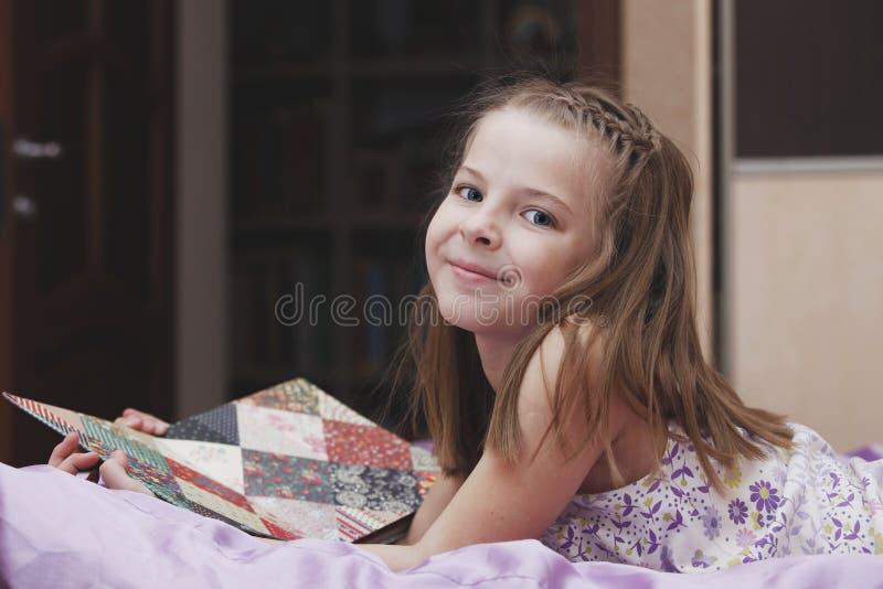 Het meisje van de baby in bed stock afbeelding