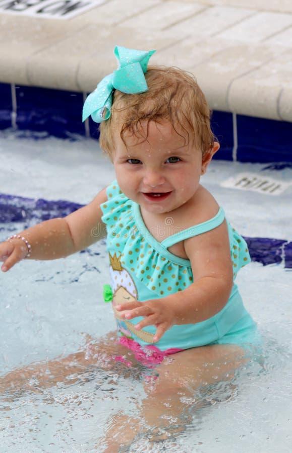 Het Meisje van de baby bij de Pool stock foto's
