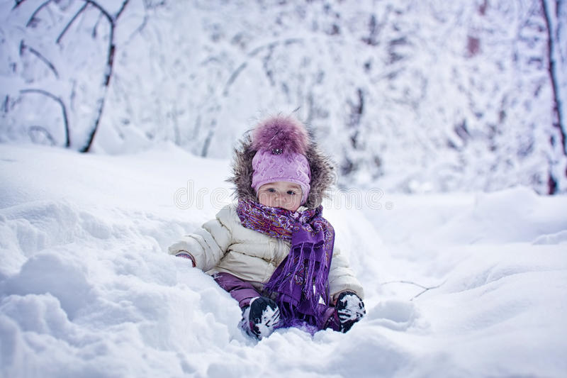 Het meisje van de baby bij de winter royalty-vrije stock afbeeldingen