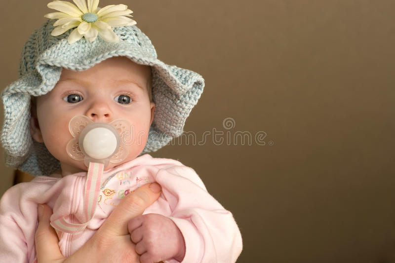 Het Meisje van de baby breit binnen Hoed royalty-vrije stock foto