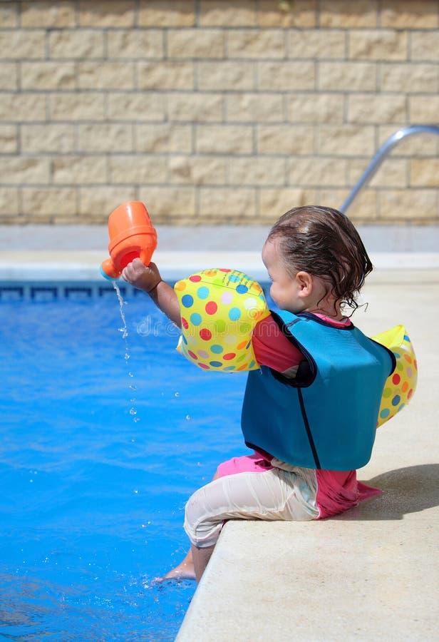 Het meisje van de baby door zwembad royalty-vrije stock foto's