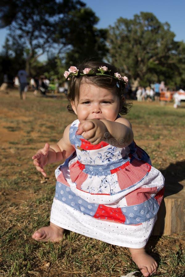 Het meisje van de baby in een kleding royalty-vrije stock foto's