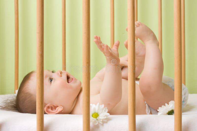 Het meisje van de baby in een voederbak royalty-vrije stock fotografie