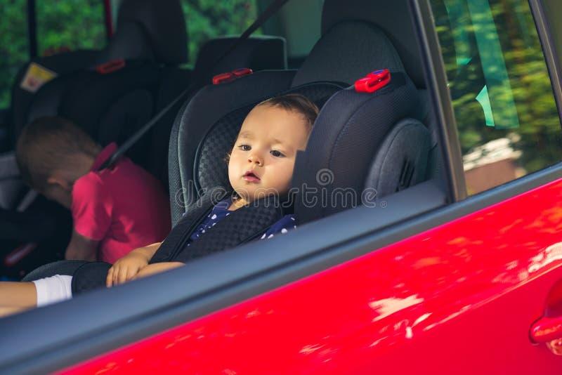 Het Meisje van de baby in een Zetel van de Auto stock fotografie