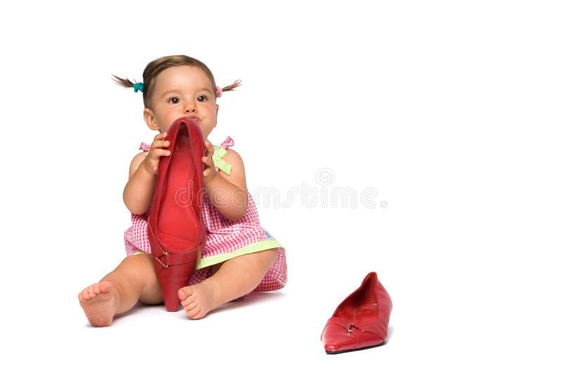 Het Meisje van de baby en Grote Rode Schoenen royalty-vrije stock afbeelding