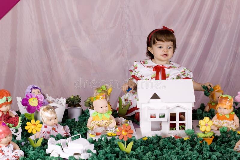 Het meisje van de baby en poppenhuis royalty-vrije stock fotografie