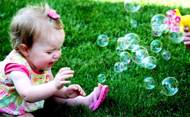 Het meisje van de baby het cyring met bellen royalty-vrije stock foto