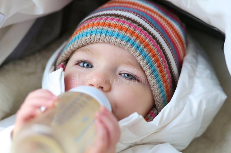 Het meisje van de baby het drinken melk van fles royalty-vrije stock fotografie