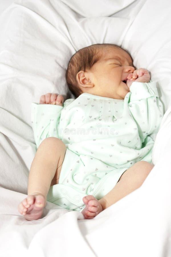 Het meisje van de baby het opwinden zich royalty-vrije stock foto's