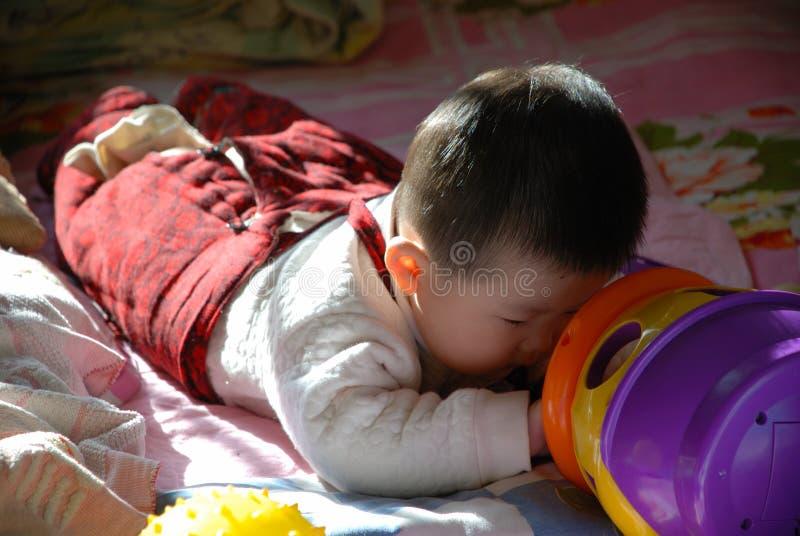 Het meisje van de baby het spelen royalty-vrije stock foto's