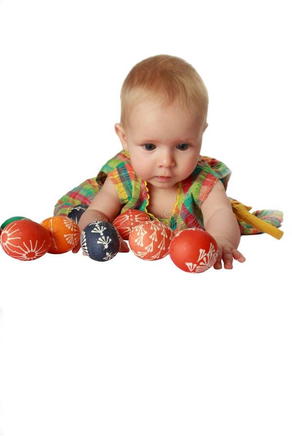 Het meisje van de baby het spelen met Paaseieren stock foto