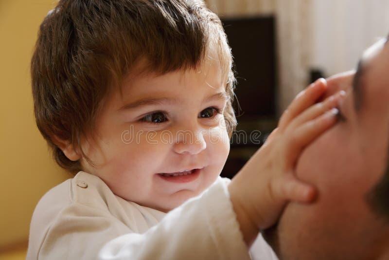 Het meisje van de baby het spelen met papa royalty-vrije stock fotografie