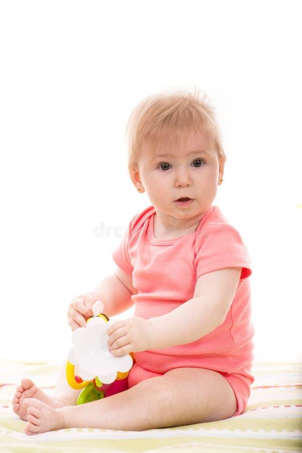 Het meisje van de baby het spelen met stuk speelgoed stock foto