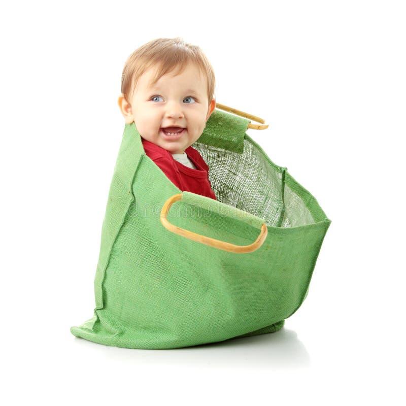 Het meisje van de baby in het winkelen zak stock afbeelding
