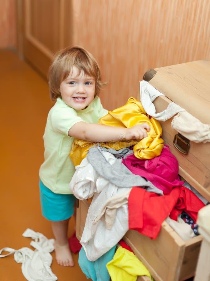 Het meisje van de baby kiest kleding royalty-vrije stock afbeeldingen