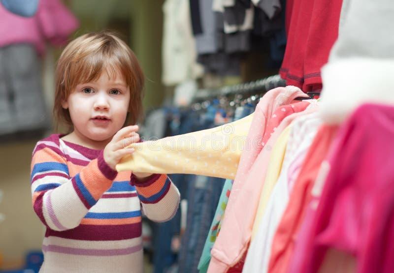 Het meisje van de baby kiest kleren royalty-vrije stock fotografie