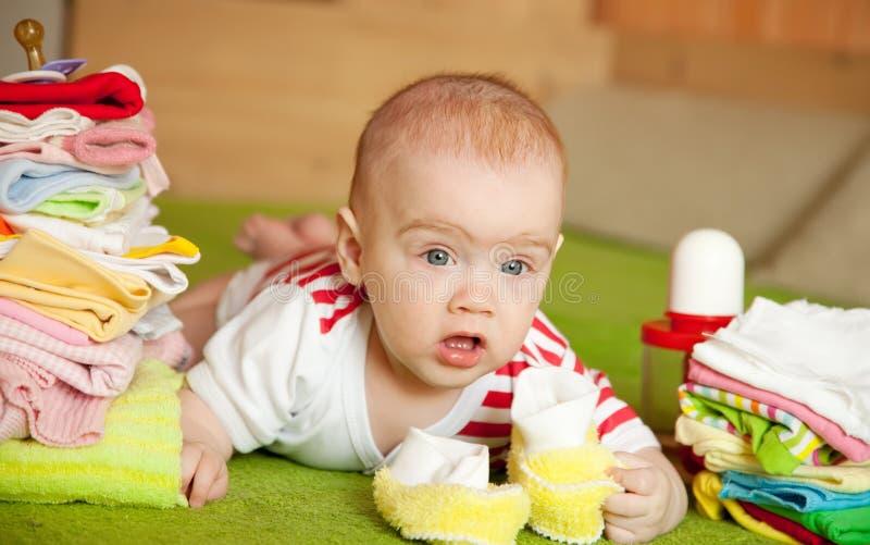 Het meisje van de baby met de slijtage van kinderen stock afbeeldingen