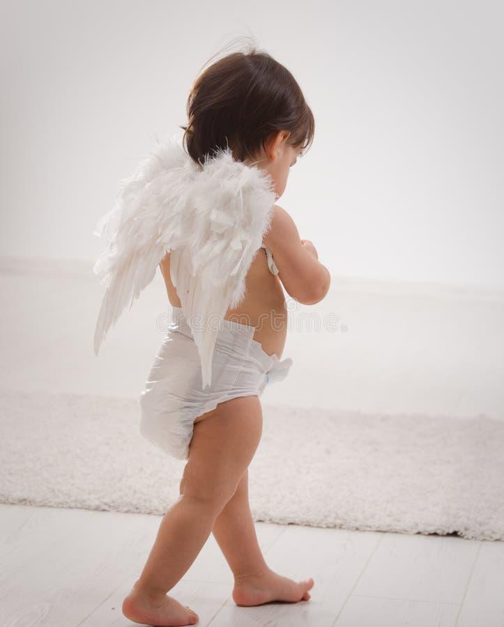 Het meisje van de baby met engelenvleugels royalty-vrije stock foto's